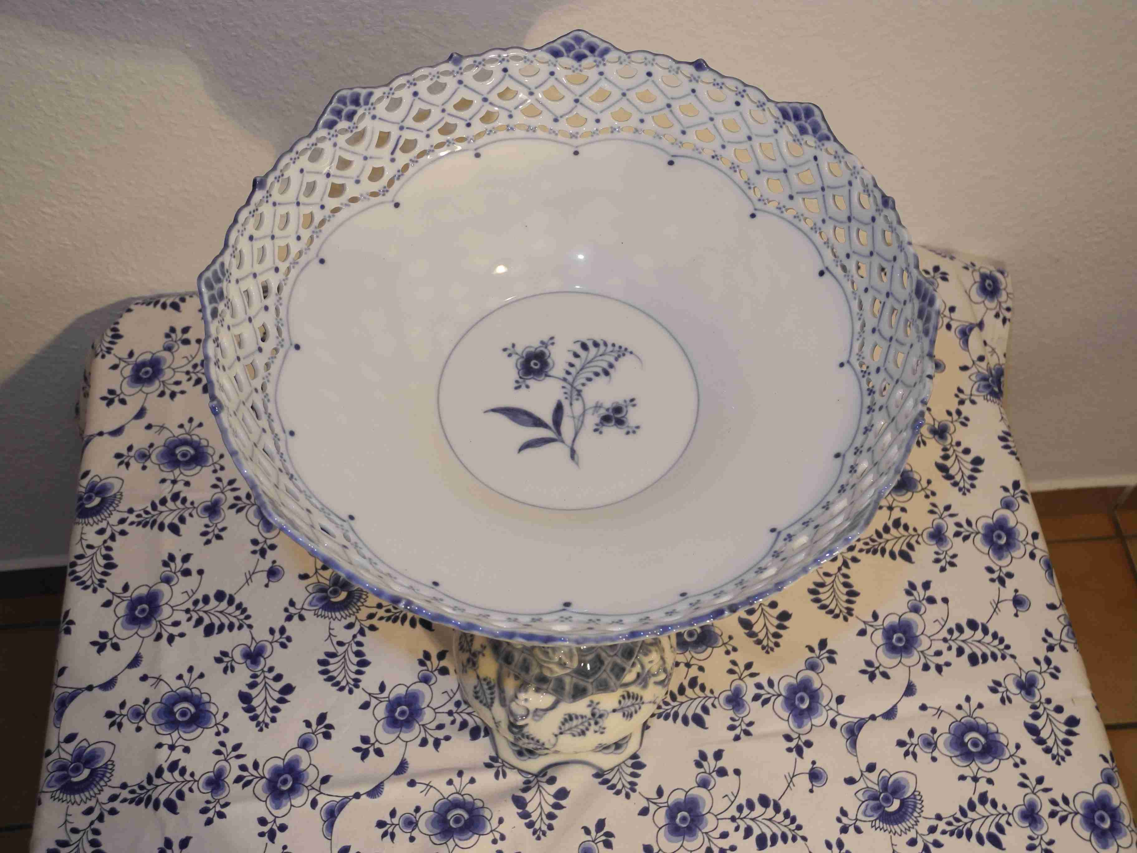 Blue Fluted full lace center piece