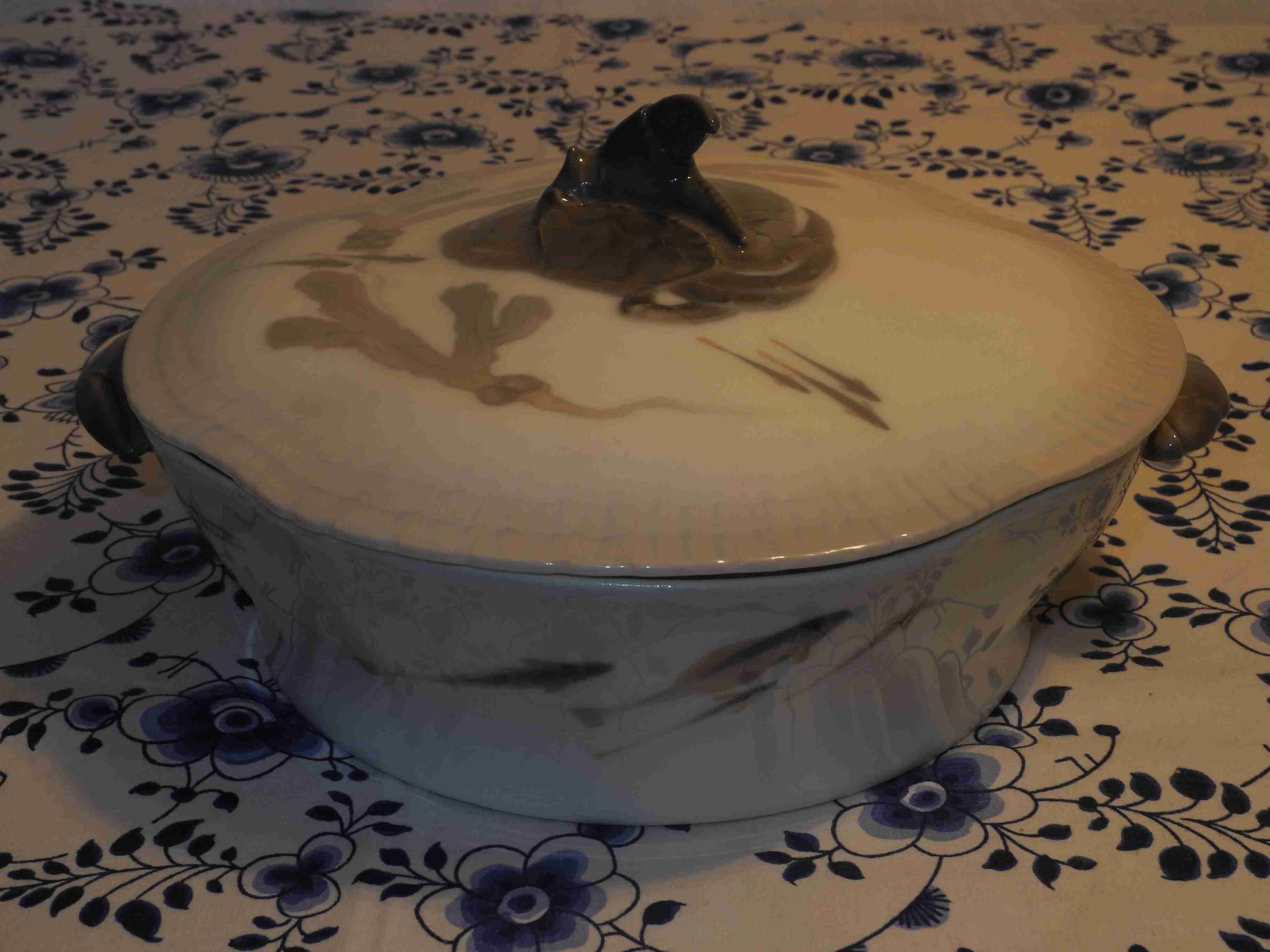 Lidded Bowl with crab and fish